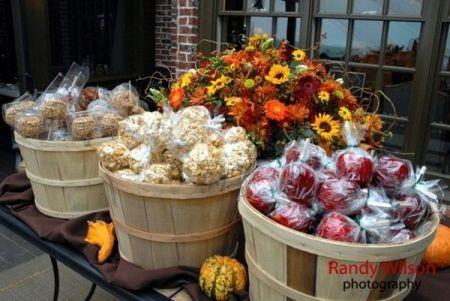 Casual Candy Apple Wedding Favor Idea